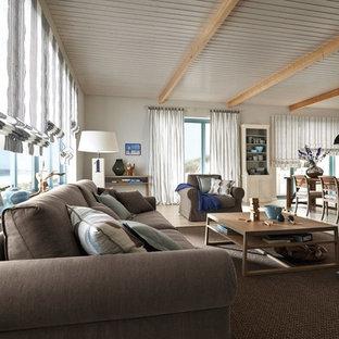 Großes, Offenes, Fernseherloses Maritimes Wohnzimmer Ohne Kamin Mit Weißer  Wandfarbe Und Hellem Holzboden In