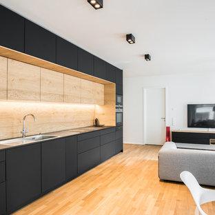 Großes Modernes Wohnzimmer mit braunem Holzboden und braunem Boden in Stuttgart