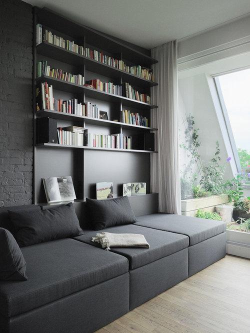 Mittelgroße Moderne Bibliothek Mit Grauer Wandfarbe Und Hellem Holzboden In  Berlin