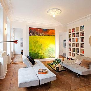 Kleine, Fernseherlose, Offene Stilmix Bibliothek ohne Kamin mit beiger Wandfarbe, braunem Holzboden und braunem Boden in Berlin