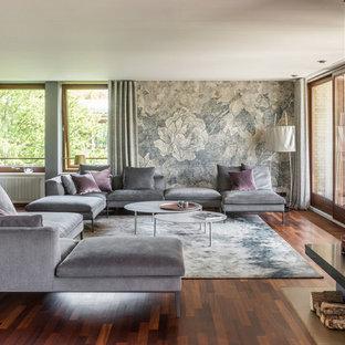 Mittelgroßes, Repräsentatives, Abgetrenntes Modernes Wohnzimmer mit grauer Wandfarbe, dunklem Holzboden, Kamin und braunem Boden in Hamburg