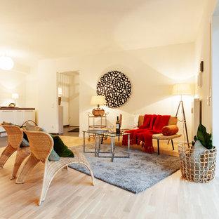 Offenes Mediterranes Wohnzimmer Mit Weißer Wandfarbe Und Hellem Holzboden  In Dortmund