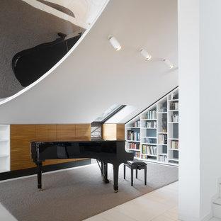 Ejemplo de salón con rincón musical abierto, contemporáneo, pequeño, con paredes marrones