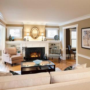 Inspiration för mellanstora klassiska allrum med öppen planlösning, med en standard öppen spis, beige väggar och mellanmörkt trägolv