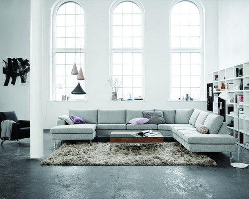 Fernseherloses Modernes Wohnzimmer Ohne Kamin Mit Weißer Wandfarbe Und  Betonboden In Düsseldorf