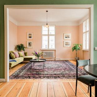 Foto de salón cerrado, clásico renovado, grande, con paredes rosas, suelo de madera en tonos medios y suelo marrón