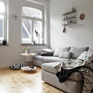Kleines, Abgetrenntes Nordisches Wohnzimmer Ohne Kamin Mit Weißer Wandfarbe  Und Hellem Holzboden In Köln
