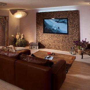 ケルンの広いトロピカルスタイルのおしゃれなオープンリビング (マルチカラーの壁、淡色無垢フローリング、埋込式メディアウォール) の写真