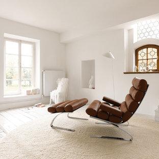 Mittelgroßes, Fernseherloses, Abgetrenntes Nordisches Wohnzimmer ohne Kamin mit weißer Wandfarbe, hellem Holzboden und weißem Boden in Stuttgart