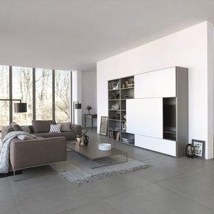 Große, Offene Moderne Bibliothek ohne Kamin mit weißer Wandfarbe, verstecktem TV und grauem Boden in Stuttgart