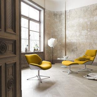 Foto de sala de estar cerrada, romántica, de tamaño medio, sin chimenea y televisor, con paredes beige, suelo de madera clara y suelo beige