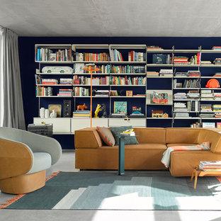 Mittelgroße, Fernseherlose, Abgetrennte Retro Bibliothek ohne Kamin mit blauer Wandfarbe, Betonboden und grauem Boden in Stuttgart