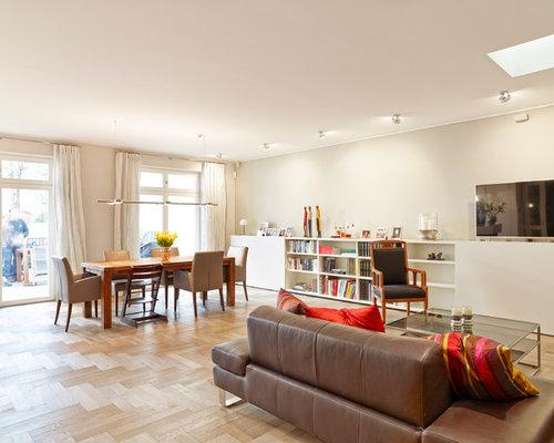 Offenes, Mittelgroßes Modernes Wohnzimmer Mit Grauer Wandfarbe, Braunem  Holzboden Und Wand TV In