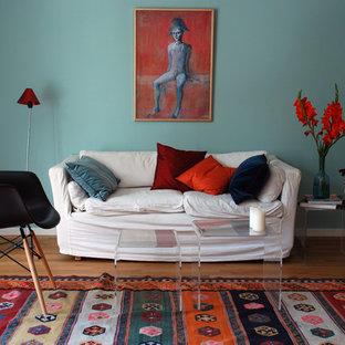 Esempio di un soggiorno contemporaneo di medie dimensioni e chiuso con pareti blu, parquet chiaro, nessuna TV e pavimento giallo