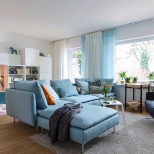Mittelgroßes, Offenes Modernes Wohnzimmer mit braunem Boden, weißer Wandfarbe und braunem Holzboden in Hamburg