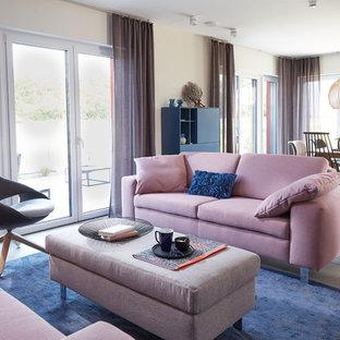 Mittelgroßes, Offenes, Fernseherloses Modernes Wohnzimmer ohne Kamin mit grauem Boden und beiger Wandfarbe in Sonstige