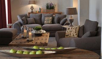 Wohnzimmer mit rustikalen Möbeln