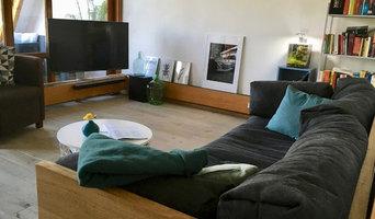 Wohnzimmer mit Seekieferdielen und Lehmputz