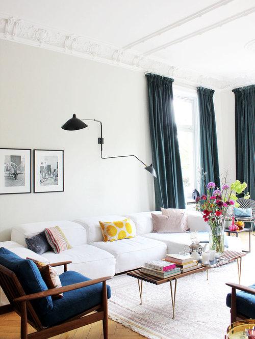 Inspiration Für Mittelgroße Mid Century Wohnzimmer Mit Weißer Wandfarbe,  Braunem Holzboden Und Braunem Boden