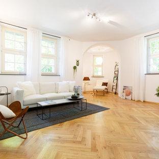 Modernes Wohnzimmer mit weißer Wandfarbe, braunem Holzboden und braunem Boden in Essen