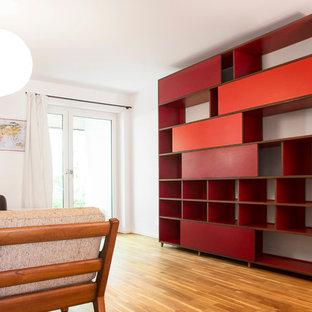 Idéer för ett modernt allrum, med ett bibliotek och vita väggar
