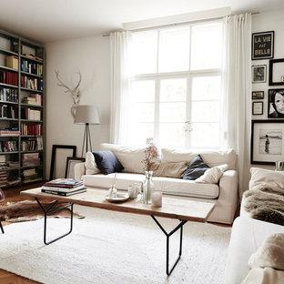 Repräsentatives, Kleines, Abgetrenntes Nordisches Wohnzimmer ohne Kamin mit weißer Wandfarbe, hellem Holzboden und beigem Boden in München