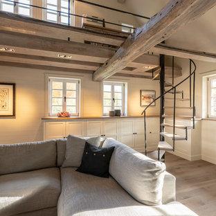 Wohnzimmer und Empore in luxuriösem Bauernhaus
