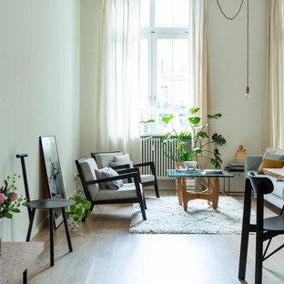 Geräumiges, Fernseherloses, Offenes, Repräsentatives Modernes Wohnzimmer ohne Kamin mit weißer Wandfarbe, hellem Holzboden und beigem Boden in Berlin