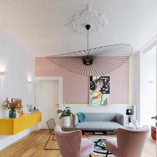 Mittelgroßes, Abgetrenntes Stilmix Wohnzimmer ohne Kamin mit weißer Wandfarbe, braunem Holzboden und braunem Boden in Köln