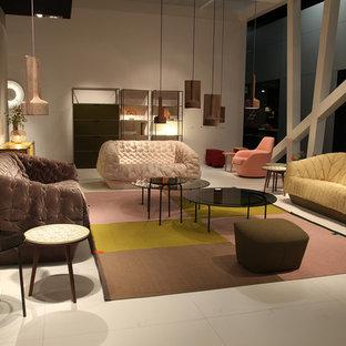 ミュンヘンの大きいトラディショナルスタイルのおしゃれなリビングロフト (フォーマル、茶色い壁、磁器タイルの床、吊り下げ式暖炉、据え置き型テレビ、ベージュの床) の写真