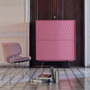 Inspiration pour un très grand salon design ouvert avec une salle de réception, un mur beige, un sol en carrelage de céramique, aucune cheminée, un manteau de cheminée en métal, un téléviseur dissimulé et un sol gris.