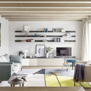 Mittelgroßes, Abgetrenntes Skandinavisches Wohnzimmer ohne Kamin mit weißer Wandfarbe, freistehendem TV, hellem Holzboden und beigem Boden in Berlin