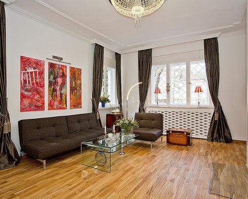 Mittelgroßes, Abgetrenntes Modernes Wohnzimmer Mit Weißer Wandfarbe, Braunem  Holzboden, Kamin Und Verputztem Kaminsims