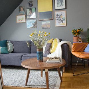 Immagine di un piccolo soggiorno contemporaneo chiuso con pareti grigie, pavimento in legno massello medio e nessun camino