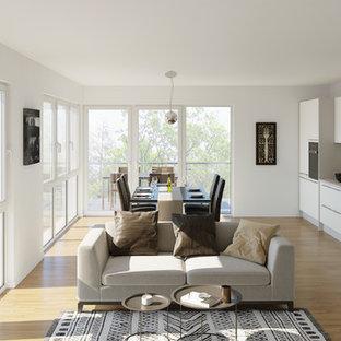 Mittelgroßes, Repräsentatives, Offenes Modernes Wohnzimmer ohne Kamin mit weißer Wandfarbe, braunem Holzboden und braunem Boden in Sonstige