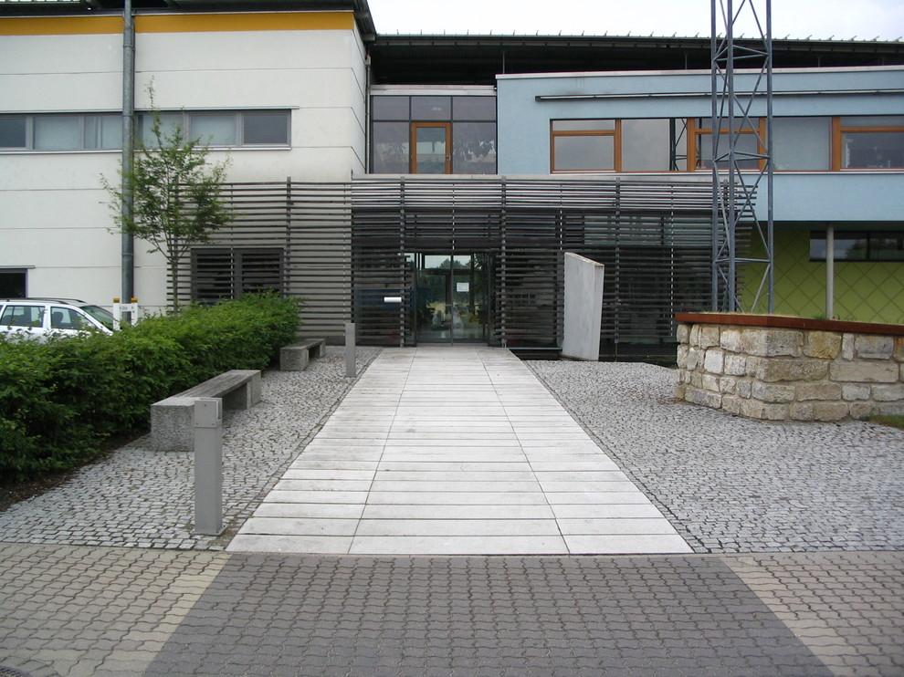 Eingang des Schulgebäudes, Pflastersteine