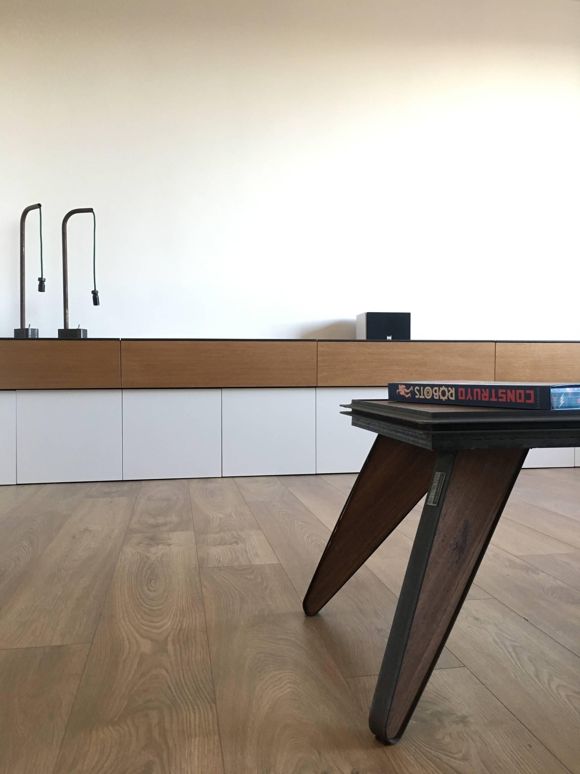Detalle de la mesa del salón y del mueble de la televisió