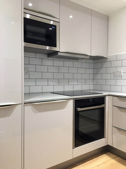 White High Gloss Kitchen With Low Profile Handles Modern