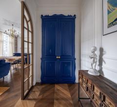 Houzz Украина: Синий Кляйна и латунная стена в ванной