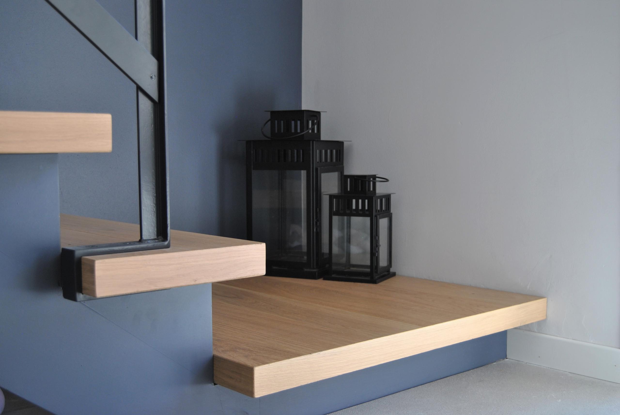 Dettaglio della scala per accedere al piano superiore.