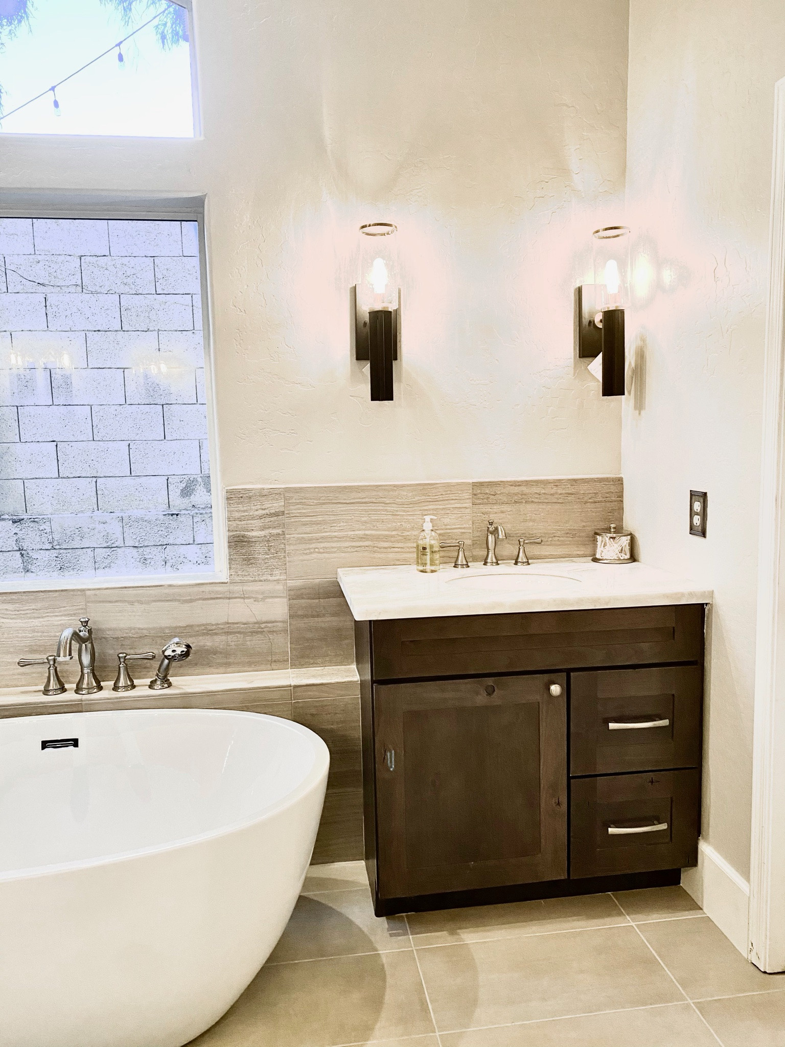 Example of a transitional home design design in Phoenix