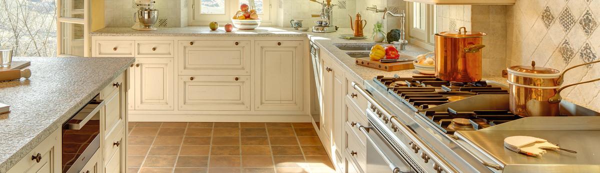 Cucina in legno laccato con forno a legna