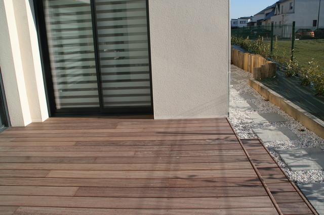 Traverse paysagère et terrasse bois devant une maison contemporaine contemporain