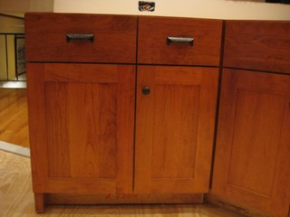 placement of handle on trash pullout