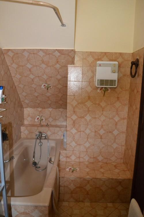Refaire une salle de bain dont la baignoire est sous un for Salle de bain sous escalier