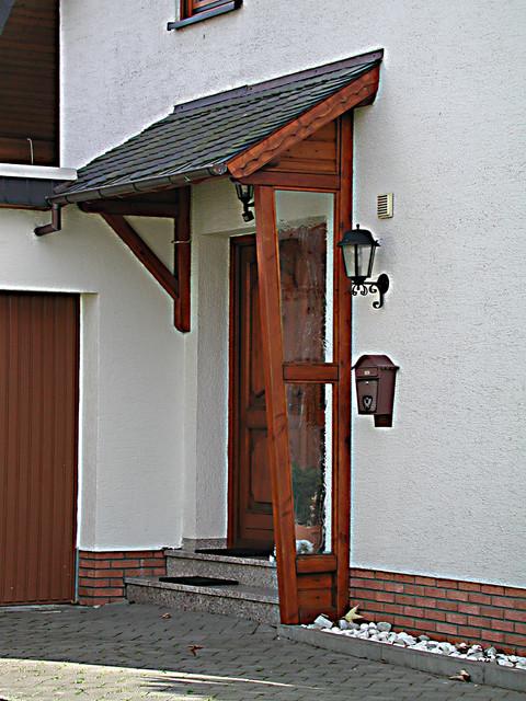 Haustürvordach Mit Seitenteil haustürvordach mit seitenteil aus holz und glaseinsatz traditional
