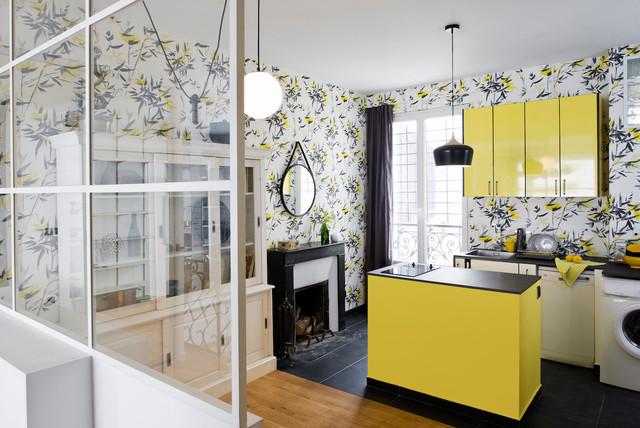 Une cuisine jaune entourée de bambous