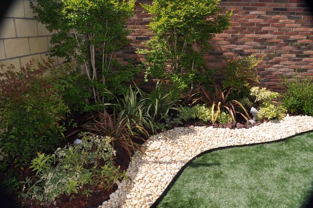Jardín con parterres y césped artificial - Contemporáneo - Jardín ...