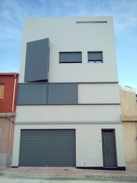 Vivienda unifamiliar entre medianeras moderno fachada for Fachadas de viviendas