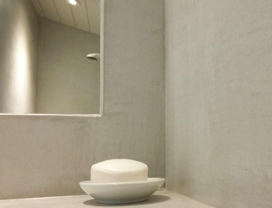 """Enduit décoratif lissé """"Ecume"""" sur les murs et plan vasque"""